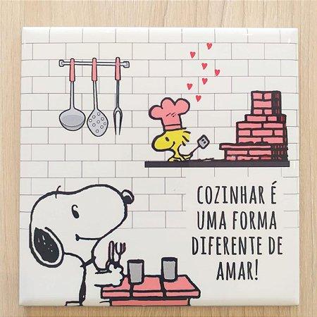 """Azulejo 15 x 15 - Snoopy """"Cozinhar é uma forma diferente de amar"""" rosa"""