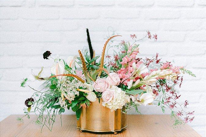 Arranjo de flores em peça clássica de metal na cor dourada