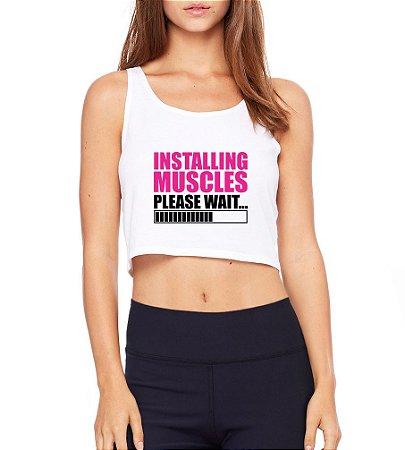 Top Cropped Blusa Branco Frases Academia Fitness Installing Muscles - Modelos Femininos Comprar Online Camiseta Regata Roupa da Moda