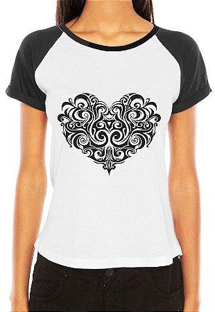 Camiseta Feminina Coração Tribal Desenho Raglan - Personalizadas/ Customizadas/ Estampadas/ Camiseteria/ Estamparia/ Estampar/ Personalizar/ Customizar/ Criar/ Camisa Blusas Baratas Modelos Legais Loja Online