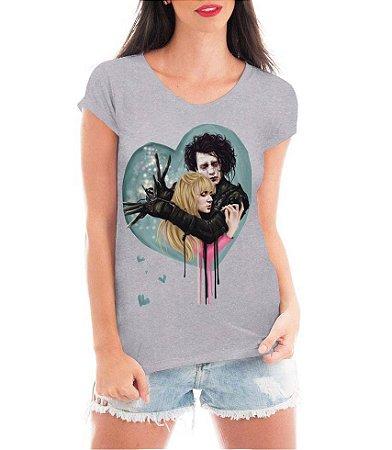 Camiseta Feminina Blusa Cinza Edward Mãos de Tesoura Peg Boggs - Seriado/ Série/ Customizadas/ Estampadas/ Camiseteria/ Estamparia/ Estampar/ Personalizar/ Customizar/ Criar/ Camisa Blusas