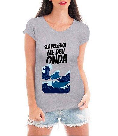 T-shirt Feminina Cinza Sua presença me deu onda - Personalizadas/ Customizadas/ Estampadas/ Camiseteria/ Estamparia/ Estampar/ Personalizar/ Customizar/ Criar/ Camisa Blusas