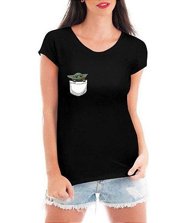 Camiseta Star Wars Feminina Baby Yoda No Bolso Série Mestre