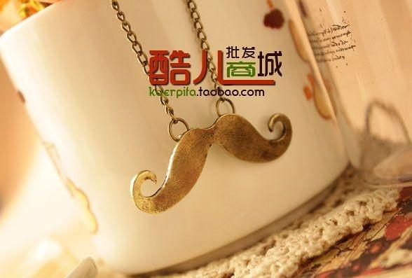 Colar mustache (bigode) dourado