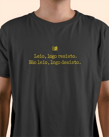 """Camiseta Literária - """"Leio, logo resisto"""""""
