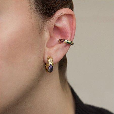 Piercing de encaixe dourado com cravação em zircônias coloridas