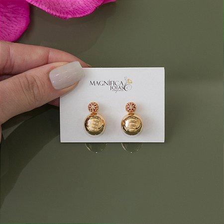 Brinco de bola dourado com cravação em zircônias rubi