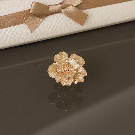 Maxi anel com flor dourada escovada e detalhes em zircônias