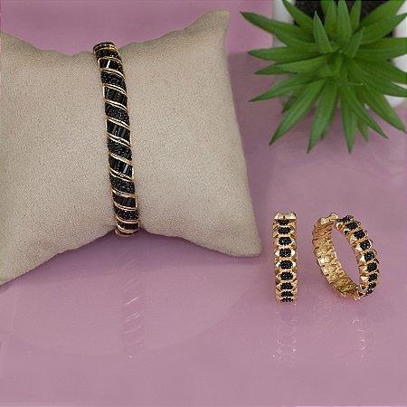 Brinco de argola dourado com cravação em zircônias negras