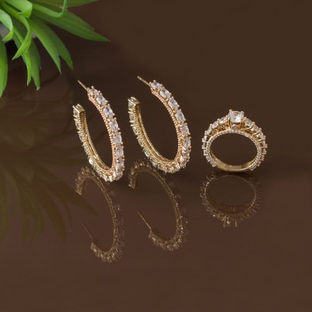 Brinco de argola dourado com cristais transparentes