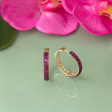 Brinco de argola dourado com cravação em zircônias rosa e navetes