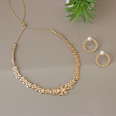 Colar dourado floral com detalhes em zircônias cristais