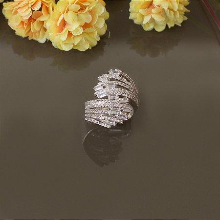 Anel ródio branco com cravação em zircônias e navetes cristais