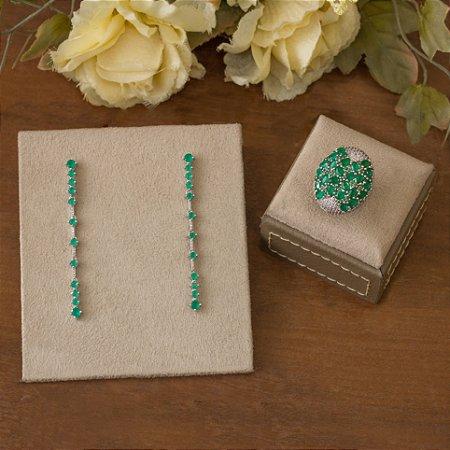 Anel ródio branco com cravação em zircônias e navetes verde-esmeralda