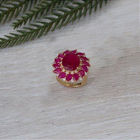 Anel dourado design floral com zircônias e cristais rubi rosa