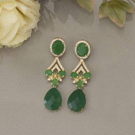Maxi brinco dourado zircônias verde-esmeralda e cravação em zircônias