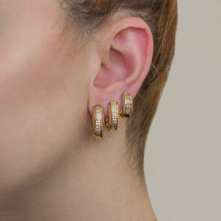 Trio de argolas douradas cravejadas com micro zircônias