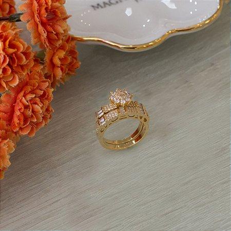 Duo de anel dourado cravejado com zircônias e navetes cristais