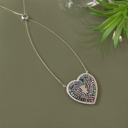 Colar de coração com pedra abalone e design de menino