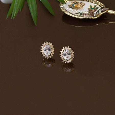 Brinco oval dourado cravejado com zircônias e cristal