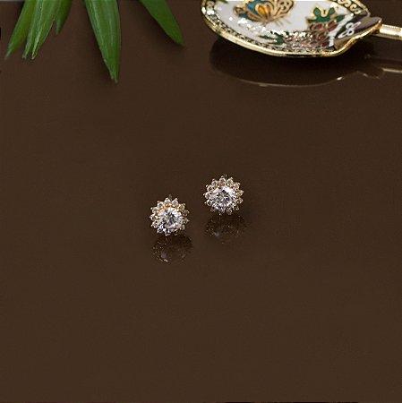 Brinco dourado cravejado com zircônias e cristal