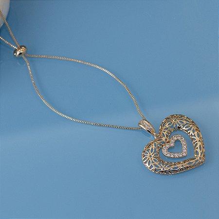 Colar dourado de coração com detalhes florais vazado