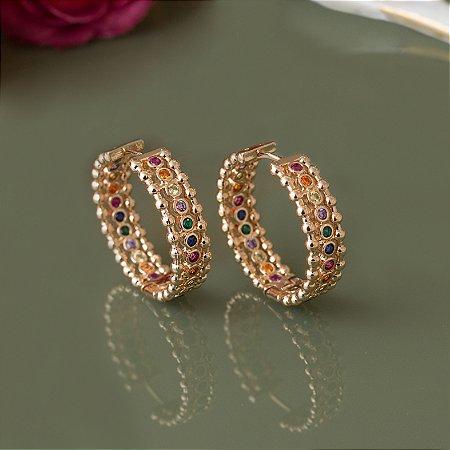 Argola dourada cravejada com cristais coloridos