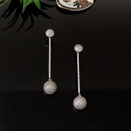 Brinco ródio branco cravejado com zircônias cristais