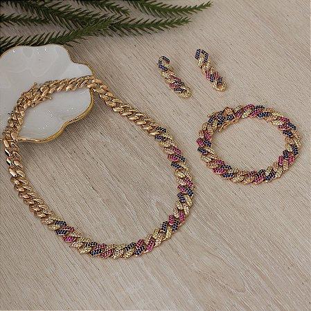 Colar dourado de elos cravejado com zircônias coloridas