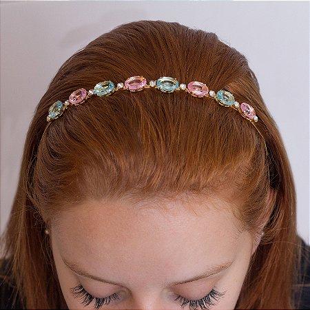 Tiara dourada cravejada com cristais coloridos