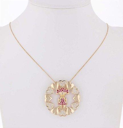 Colar dourado com pingente menina com zircônia rosa e cristal