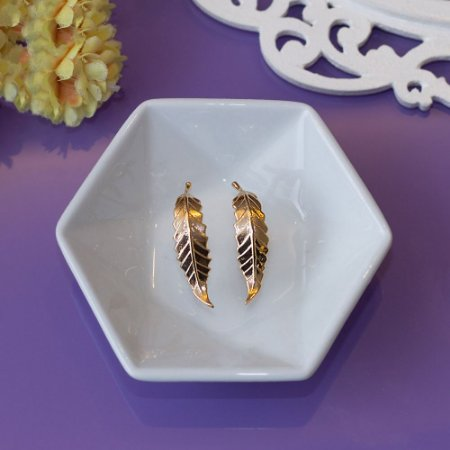 Ear hook metálico dourado com design em folha