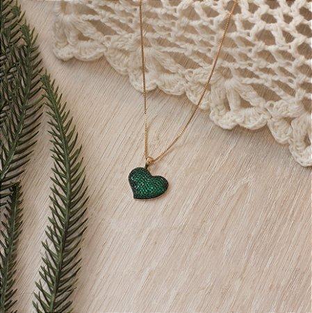 Colar de coração cravejado com micro zircônias esmeraldas
