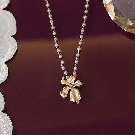 Colar dourado escovado com design floral e pérolas