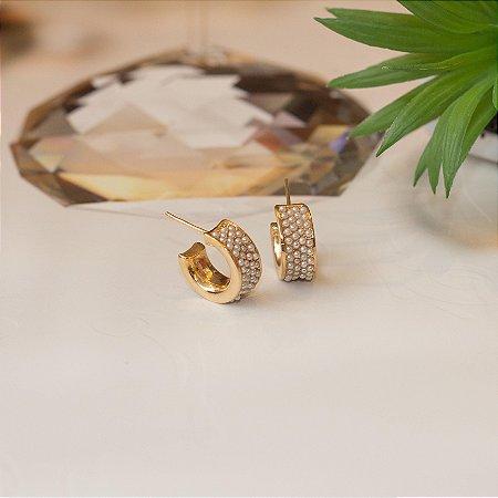 Brinco argola dourado cravejado com micro pérolas