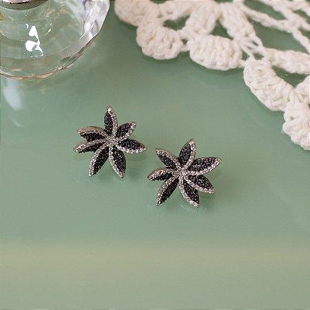 Brinco floral ródio branco com zircônias negras cravejadas