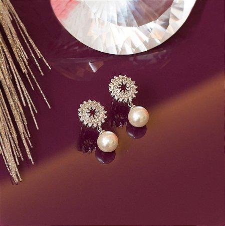 Brinco de pérolas em ródio branco e cravação em microzircônias cristais