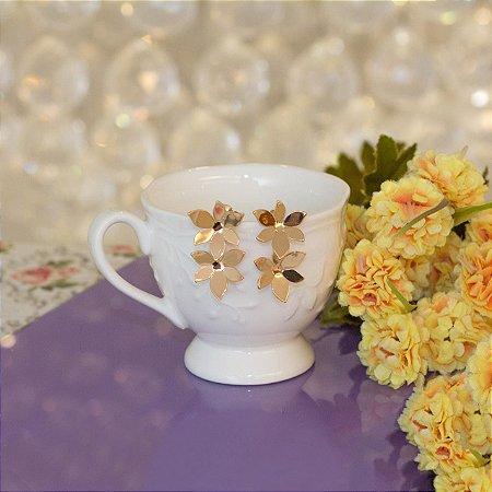 Brinco dourado metálico design de flores