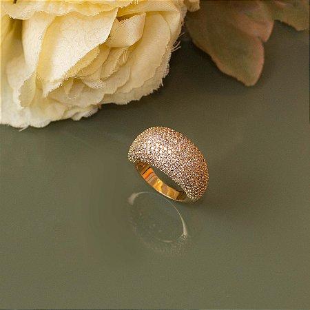 Anel dourado cravejado com zircônias cristais