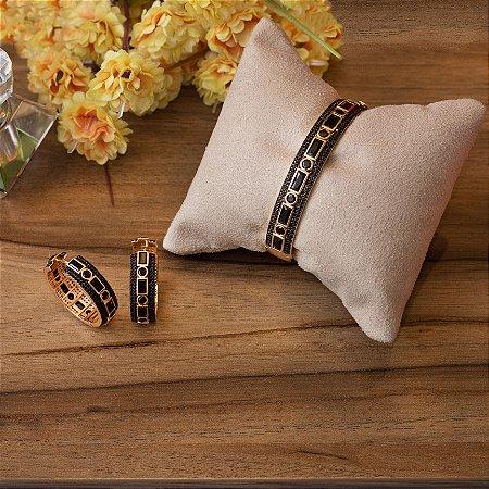 Bracelete dourado cravejado com zircônias negras