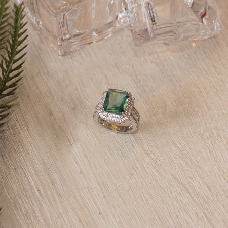 Anel ródio branco no cristal acqua marine e cravação em zircônias