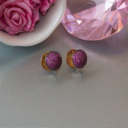 Brinco dourado cravejado em zircônias rosa