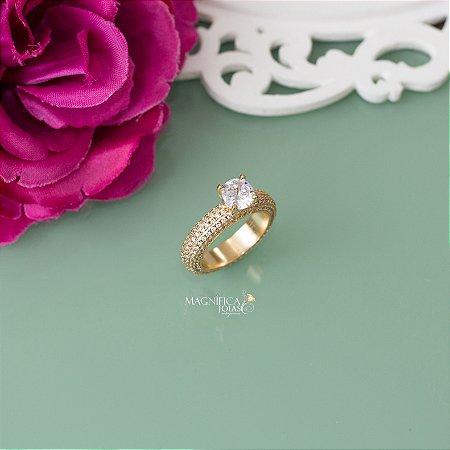 Anel solitário dourado cravejado em microzircônias