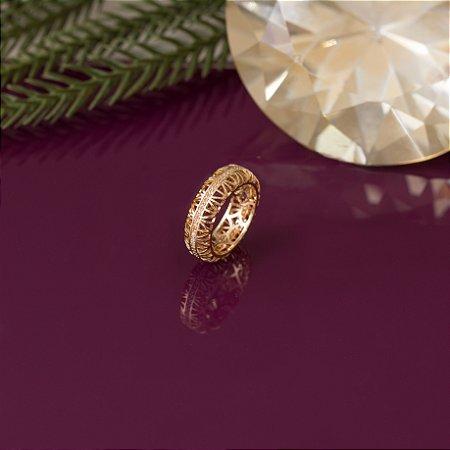Anel dourado vazado com cravação em zircônias