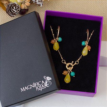 Conjunto de brinco e colar com pedras coloridas amarelo, laranja e azul-turquesa