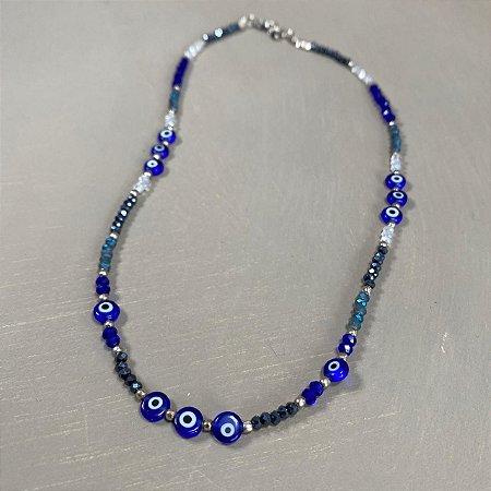 Colar curto de cristais tchecos lapidados e olhos gregos azul marinho.