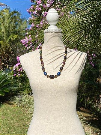 Colar árabe sofisticado com esferas de acrílico em tons de azul, vinho, rosa, cinza, violeta, azul claro e detalhes de metal banhado.