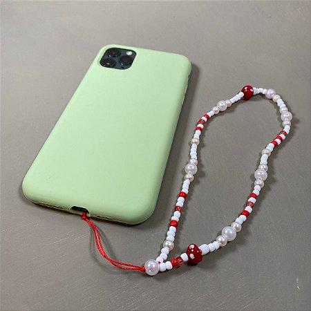 Phone Strap com pérolas, miçangas e detalhe de cogumelo.