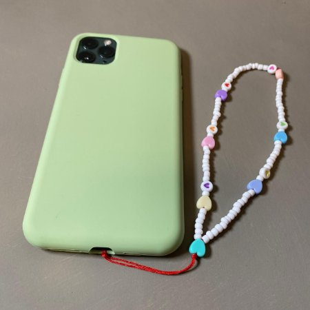 Phone Strap com miçangas brancas e corações coloridos.