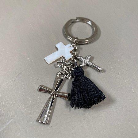 Chaveiro com pingentes de cruz e fio de seda preto.